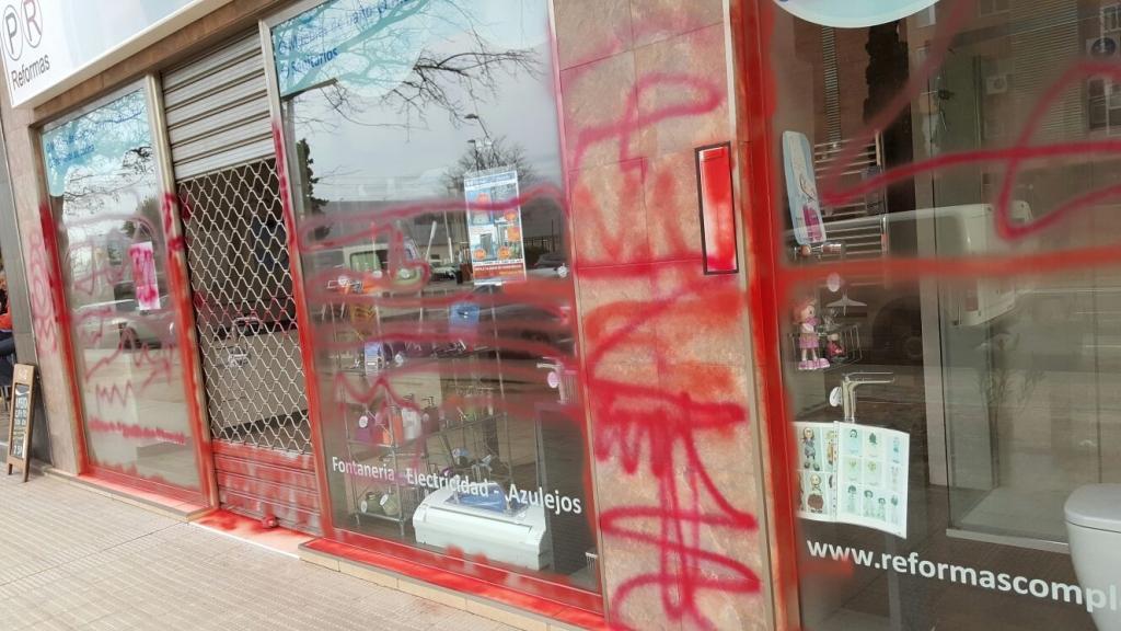 Escaparate con graffitis